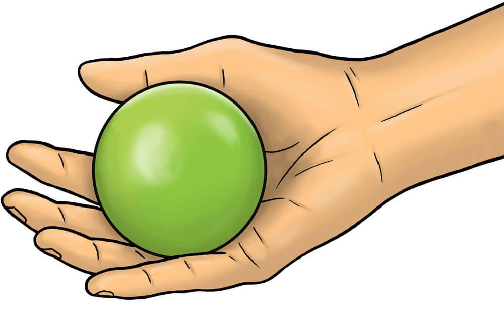 Prise en main d'une boule de pétanque par une personne âgée découvrant la pétanque ou ayant des problèmes de préhension : un geste classique en maison de retraite