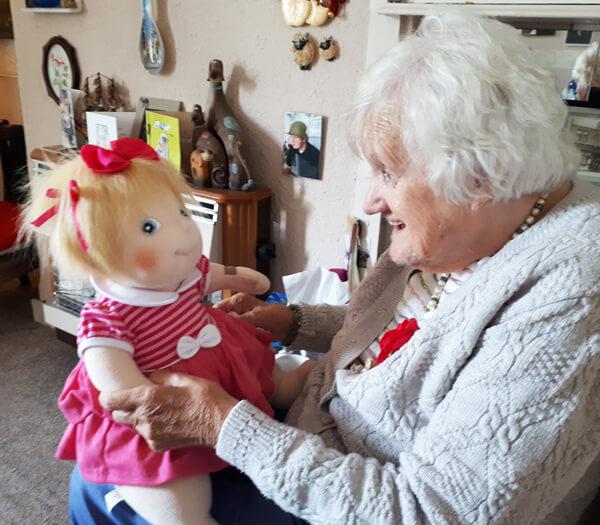 Poupée d'empathie pour personne atteinte de la maladie d'Alzheimer